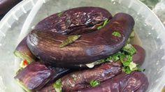 Баклажаны в заливке получаются настолько вкусными, в меру острыми, и довольно изысканно смотрятся на праздничном столе.