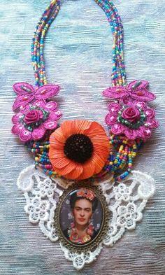 Collar Frida Kahlo 333 508 58 55 diseñado por deseos divinos#Guadalajara Funky Jewelry, Boho Jewelry, Jewelry Crafts, Jewelry Art, Jewellery, Textile Jewelry, Fabric Jewelry, Vintage Wedding Jewelry, Mexican Crafts
