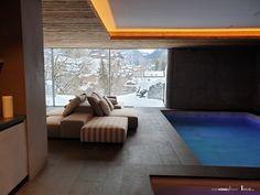 """Sky-Frame Pool und Wellness. Mit raumhohen Fensterfronten ermöglicht Sky-Frame individuelle Raumkonzepte und aussergewöhnliche Architektur. Getreu der Bauhaus-Vision des """"fliessenden Raumes"""" öffnen die Schiebefenster mit schwellenlosem Übergang den Wohnraum. Innen und Aussen vereinen sich so zu einem Lebensbereich. Dank des zeitlosen rahmenlosen Fensterdesigns wird die Aussicht zum faszinierenden Gestaltungselement. Die Sky-Frame Technologie ist """"100% Swiss Made"""". Bauhaus, Sims 4, Wellness, Frame, Technology, Glass Building, House Window Design, Sliding Windows, Architecture"""