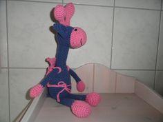 Mila kreeg voor haar tiende verjaardag een blauw met roze giraf met rugzak. Hierin zat een tegoedbon om samen met opa en oma naar de film te gaan. Mila was de eerste die mijn girafjes goedkeurde: ze waren goed vast te pakken voor een klein kindje maar er zat geen staartje aan. Vanaf de tweede giraf worden deze dus voorzien van een klein staartje