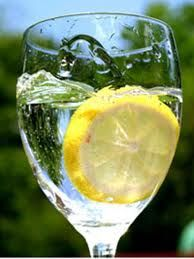 The health benefits of lemon water. If a person takes lemon juice mixed with lukewarm water and honey it can reduce the body weight as well. If warm lemon water is daily consumed it will be out of the most effective remedies to reduce belly fat and ob Health Remedies, Home Remedies, Natural Remedies, Health And Beauty Tips, Health And Wellness, Health Fitness, Fitness Tips, Doterra, Lemon Juice Benefits