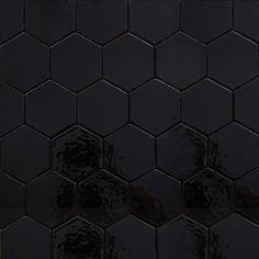 Płytki sześciokątne, czerń błyszcząca. Płytki rustykalne glazurowane to płytki ceramiczne pochodzące z rodzinnej manufaktury Rogiński Warsztat Artystyczny. Płytki wykonywane są ręcznie z wysokiej jakości masy klinkierowej, a następnie szkliwione.