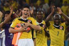 El delantero James Rodríguez (I) y sus compañeros celebran la clasificación  de Colombia a bdb6f9db9f1f9