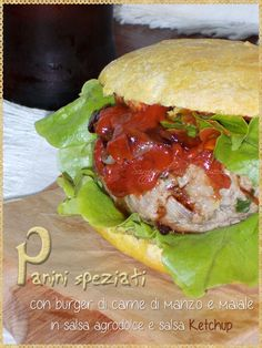 Panini speziati con burger di carne di manzo e maiale in salsa agrodolce e salsa Ketchup fatta in casa (Pork and beef burger with spicy sweet and sour sauce and ketchup homemade)