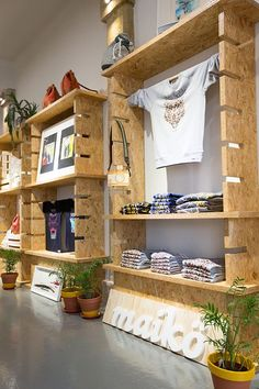 16 Awesome DIY Display Shelves Ideas 16 Unique Shelves That Are Totally Easy To DIY. No House … This circle shelf is the perfect place to display your favorite tiny objects. Diy Furniture, Furniture Design, Furniture Online, Market Displays, Retail Displays, Retail Display Shelves, Pet Store Display, Boutique Displays, Store Window Displays