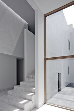 This is how Mexico City-based architectural firm Lucio Muniain et al describes Casa AR, an 875 sqm private residence located in Ciudad López Mateos, also in Mexico.