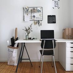 We love the simple home office of Lena_Living! The black desk by Ikea is lovingly decorated in Scandi style. Absolute must-have: the paper bag for wrapping paper & Co.
