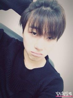 [SELCA] JinHwan wants you all to know that the maknaes have nothing on him when it comes to selca poses (cr in pic)