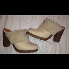 New Hunter Clog mule shoes size 8 women's New without box Hunters women's clog mule shoes.Size 8 . Color beige with the sheepskin fur as shown. Says Hunter in front. Leather soft insoles made in Brazil.very comfortable. Rubber soles. Great for the season. Looks great with skinny jeans ☺️ I take reasonable offers!!!! Hunter Boots Shoes Mules & Clogs