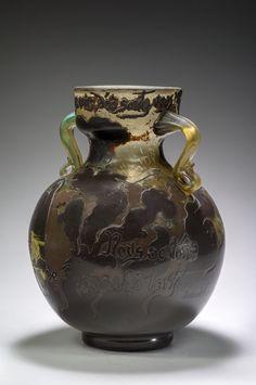 Emile Gallé, en collaboration avec Victor Prouvé, vase Hommes noirs, 1900. Musée de l'École de Nancy. Photo P. Caron