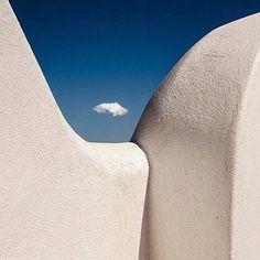 """+mood @stelios_papadopoulos_ @aegean.gallery #cloud #sky #archaicmag #architecture…"""""""