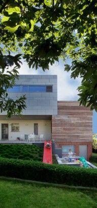 Sleerbaan ! Bungalow, Garage Doors, Villa, Outdoor Decor, Modern, Plants, Home Decor, Trendy Tree, Decoration Home