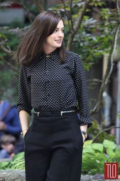 Ann Hathaway Outfits, The Intern Outfit, Office Outfits, Anne Hathaway Fashion Mode, Work Fashion, New York Fashion, Fashion Outfits, Fashion Trends, Style Fashion, Estilo Gamine, Anne Hathaway Style, Anne Hathaway Haircut
