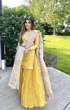 Dress Indian Style, Indian Fashion Dresses, Indian Outfits, Stylish Dresses For Girls, Simple Dresses, Pakistani Dress Design, Pakistani Dresses, Dress Over Pants, Classy Suits