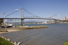 Ponte Hercílio Luz - Florianópolis - É uma das maiores pontes pênseis do mundo e foi inaugurada em 1926. A estrutura de aço tem o peso aproximado de 5.000 toneladas. Florianópolis é a capital do estado de Santa Catarina e uma das três ilhas-capitais do Brasil. Foto de Juan Praginestos.