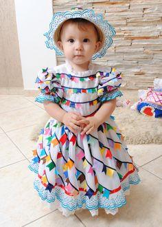 Vestido de bandeirinhas de fitas.  Vestido + chapéu ou arranjo para cabeça. SErá que dá pra fazer uma parecido para a Lele???