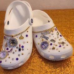 Crocs Slippers, Crocs Shoes, Cool Crocs, Designer Crocs, Crocs Fashion, Af1 Shoes, Croc Charms, Decorated Shoes, Aesthetic Shoes