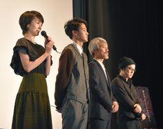 「流れ星が消えないうちに」舞台挨拶より、左から波瑠、葉山奨之、小市慢太郎、柴山健次。