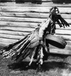 Femme chamane en Sibérie Sibérie / Chamanisme.  Femme chamane lors d'une danse d'incantation. Elle joue au tambour et est entrée en transe.