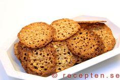 Mandelflarn - Recept på goda knäckiga mandelflarn. Klara på 30 minuter. Bilder steg för steg. Food Cakes, Banana Bread, Cake Recipes, Sandwiches, Vegetarian, Sweets, Cookies, Glass, Desserts