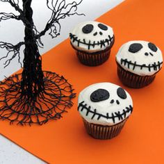 I love these Jack Skellington Cupcakes! Sullivan These cupcakes are totally happening this Halloween! Muffins Halloween, Bolo Halloween, Postres Halloween, Halloween Goodies, Halloween Desserts, Halloween Food For Party, Halloween Treats, Happy Halloween, Creepy Halloween