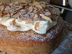 """Oj, oj, oj, det här måste ni bara prova! """"Du får inte baka någon kaka"""" säger dottern uppgivet. """"Jo, säger jag, jag bakar en kaka som innehåller det som du tycker minst om, mandelmassa och vispgrädde"""" """"Toppen, säger dottern"""" :-) Jag bakar en kladdkaka med semlesmak. En kladdig botten med mandelmassa och grovstött kardemumma. Ett…"""