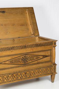 Cómoda-baúl Carlos IV-fernandina en pino melis y nogal tallado, del primer tercio del siglo XIX