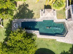 Zozaya Arquitectos tops Mexican beach house Casa La Vida with dried palm leaves Beach Village, Beach Town, Beach House, Swimming Pool Designs, Swimming Pools, Mexican Interior Design, Circular Buildings, Minimal Home, Thatched Roof