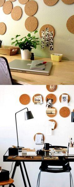 コルクボードの鍋敷きが、ウォールアートに変身!ポストカードや写真を手軽にピンで留めることができるので便利そう。