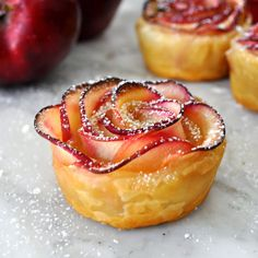 Impress your mom with this beautiful rose-shaped dessert made with lots of soft and delicious apple slices, wrapped in sweet and crispy puff pastry. Cooking with Manuela: Apple Roses Apple Desserts, Delicious Desserts, Dessert Recipes, Dessert Ideas, Dirt Dessert, Coctails Recipes, Drink Recipes, Apple Slices, Apple Pie