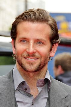 Bradley Cooper Short Straight Cut - Bradley Copper showed off his slick short cut while walking the red carpet. Bradley Cooper Cheveux, Bradley Cooper Hair, Short Straight Hair, Short Hair Cuts, Straight Hairstyles, Cool Hairstyles, Short Hairstyle, Thick Hair, Celebrity Hairstyles
