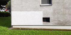 Probefläche vor Fassadenreinigung Garage Doors, Outdoor Decor, Home Decor, House Siding, Detached House, Decoration Home, Room Decor, Home Interior Design, Carriage Doors