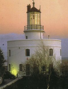 The West USK Lighthouse in Newport, Gwent has a roof terrace with a hot tub and Dr Who paraphernalia! #weddingvenues
