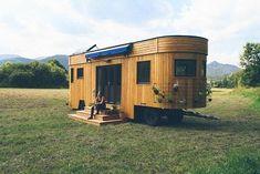 Zwei Visionäre aus Österreich konzipierten den ersten Wohnwagen, der Strom und sauberes Wasser selbst erzeugt - und schon ab 40.000 Euro erhältlich ist.