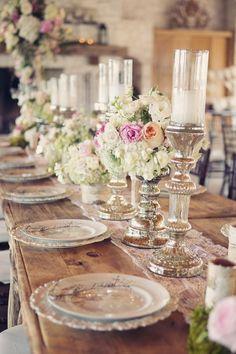 Eine Hochzeit dekorieren mit romantischen Rosensträußen in Kombination mit silbernen Kerzenständern