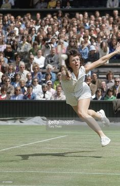 News Photo : Wimbledon, USA Billie Jean King in action during. Tennis Serve, Vintage Tennis, Billie Jean King, Wimbledon, Tennis Players, Competition, England, Action, Sporty