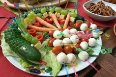 Gurkenschlange im Gemüsebeet Cucumber snake in the vegetable patch, a very nice recipe from the vegetables category. Party Drinks, Party Snacks, Party Favors, Kindergarten Snacks, How To Wash Vegetables, Veggies, Dragon Party, Food Humor, Cooking With Kids