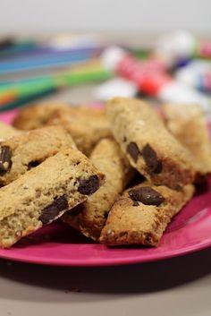 On dine chez Nanou | petites barres de céréales aux pépites de chocolat à essayer pendant les vacances |   Profitons des vacances pour partager de bons goûters avec nos enfants . Ces barres aux céréales vi...