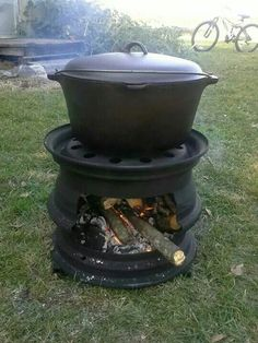 Great fire pit for camping or backyard. For Dutch oven. Outdoor Kocher, How To Make Bbq, Outdoor Projects, Outdoor Decor, Craft Projects, Outdoor Stove, Outdoor Fire, Rims For Cars, Car Rims