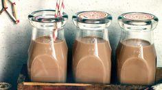 Une recette de liqueur au chocolat présentée sur zeste.tv. Vodka, Liqueur, Cocktails, Drinks, Carafe, Juliette, Tv, Chocolate Ganache, Yummy Recipes