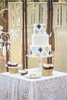 blue and gold pattern wedding cake @weddingchicks
