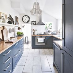 After navy kitchen ideas? This classic and smart shade of blue can create a crisp and sophisticated look in any navy kitchen Kitchen Tops, New Kitchen, Kitchen Dining, Kitchen Decor, Kitchen Ideas, Kitchen Furniture, Furniture Design, Long Kitchen, Painted Furniture
