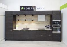 Tampereen myymälämme on saanut uuden, raikkaamman ilmeen.Myymälän pinnat on uusittuvaaleilla sävyillä ja mallikeittiöt päivitetty uuden malliston mukaiseksi.Näytteillä on myös Asta-messuilla esillä ollut keittiö. – Myymäläkokonaisuus on nyt tosi selkeä. Ovi-, työtaso- ja vedinmallit ovat paremmin esillä yhdessä paikassa ja varastotilaa aiempaa enemmän. Koko myymälä näyttää vaalean värimaailmansa ansiosta suuremmalta, Tampereen myymälän suunnittelija Jenni Mustajärvi kehuu. …