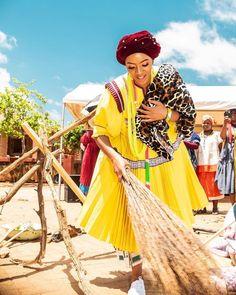 "SEPEDIxBAPEDI on Instagram: ""Fiela fiela fiela ngwanyana... fiela ngwanyana o se jele matlakaleng… Mmatswale ke chobolo Chobolo ya mosadi fiela ngwanyana o se jele…"" Pedi Traditional Attire, Sepedi Traditional Dresses, African Traditional Wear, African Traditional Wedding Dress, African Wedding Attire, African Attire, African Fashion Dresses, African Dress, Zulu Wedding"