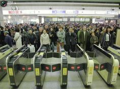 Japan, wait in a row when subway stopped