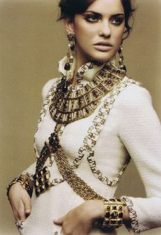 Chanel Campaign, Fall 2011. Deze collectie was geïnspireerd op het Byzantijnse Rijk. Chanel was gefascineerd door de juwelen en kleuren van dat tijdperk en liet hiervan altijd iets terugkomen in een collectie. Ik vind het erg bijzonder dat dit door Lagerfeld ook nog verwerkt is in een zeer recente collectie. Die geschiedenis fascineert me en ik vind het erg mooi om dit nog terug te zien in het nu.