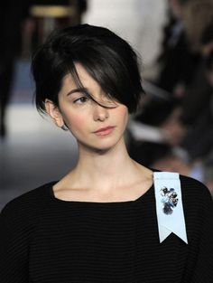 Today we have the most stylish 86 Cute Short Pixie Haircuts. We claim that you have never seen such elegant and eye-catching short hairstyles before. Pixie haircut, of course, offers a lot of options for the hair of the ladies'… Continue Reading → Cute Short Haircuts, Haircuts With Bangs, Cool Haircuts, Cool Hairstyles, Haircut Short, Pelo Pixie, Short Hair Cuts, Pixie Cuts, Black Pixie Cut