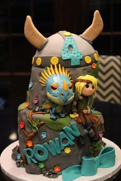 How to train your dragon fondant birthday cake Viking hat ( dragon is a toy) Netticakes