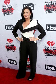 Pin for Later: Verpasst nicht diese heißen Outfits bei den iHeartRadio Music Awards Demi Lovato in einem Jumpsuit von Ileana Makri