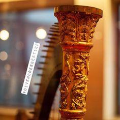 #Divendresbèsties! Us hi heu de fixar bé per veure un drac i un ocell adornant la columna! Arpa, A. Lerate, Cadis, Espanya, 1820, MDMB 520. Cordòfon amb pont, pinçat.  #arpa #harp #dragon #drac #ocell #bird #musicinstrument #museu #museum